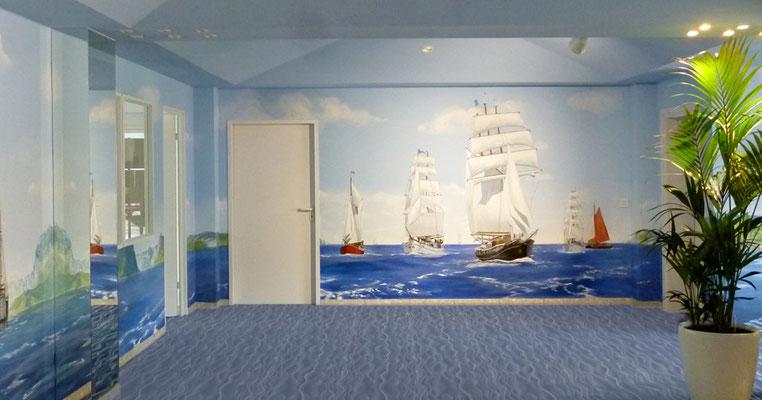 Wandmalerei mit Windjammer in einem Empfangsraum.