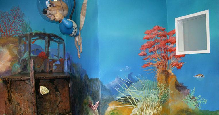 Die Wandmalerei der Unterwasserwelt mit Korallen und Fischen...