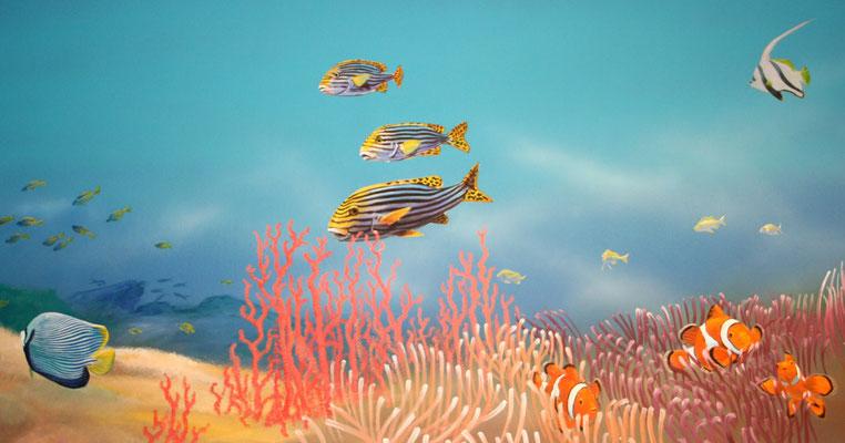 Fische am Meeresgrund mit Goldband-Süßlippen, Wimpelfischen und Clown-Anemonenfischen.