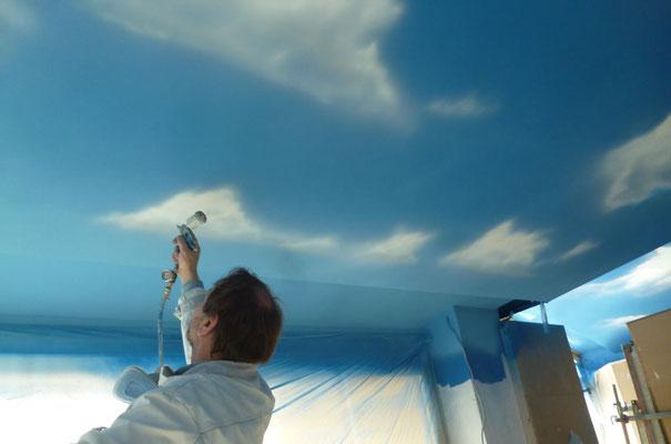 Herstellung eines Wolkenhimmels mit Airbrush-Technik.