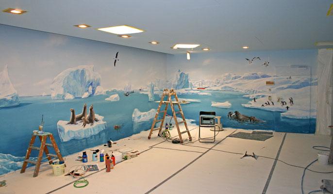 Arbeitssituation an der Raumkomplettbemalung der Eiswelt