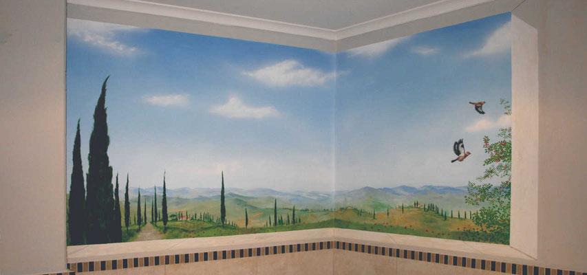 Die Eckbemalung hebt die räumliche Enge dieses Badezimmers auf. Die gemalte Stuckleiste und Fensterlaibung täuscht das Auge und weitet den Blick in die Landschaft.