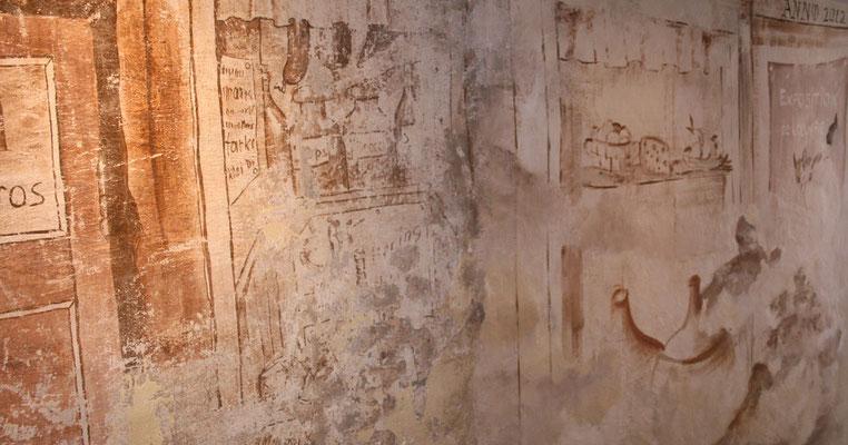 Teilansicht der neu gemalten Wandfläche im Stil der vorhandenen freigelegten Malerei