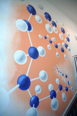 Wandgestaltung eines Flures mit einer Polymerkette am Max-Planck-Institut in Mainz.