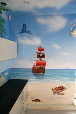 Das Detailansicht zeigt das Piratenschiff mit dem Symbol des Totenkopfes oder auch als Jolle Roger bekannt.