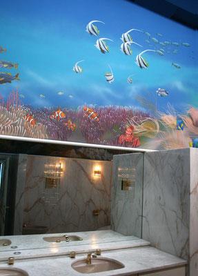 »Tropische Unterwasserwelt«. Die Wandmalerei ersteckt sich...