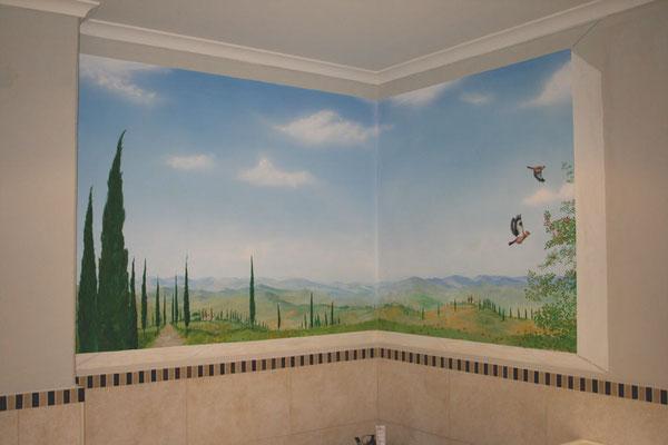 Das selbe Badezimmer nach der Wandbemalung mit einer Aussicht in die Toscana.