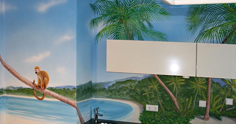 Das Piratenzimmer mit der fertigen Ausstattung. Die Möbel sind passend zum gemalten hellen Sandstrand in weiss gehalten.