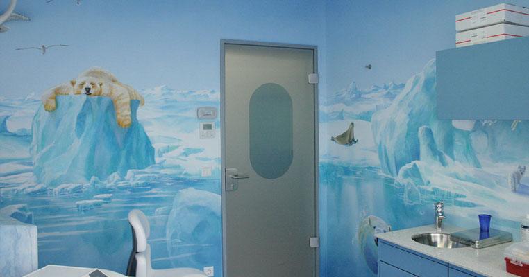 Wandmalerei einer Eiswelt in einer Zahnarztpraxis