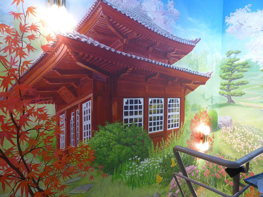 Das fertig ausgearbeitete Wandbild des Teehauses mit der gemalten farbigen Flora.