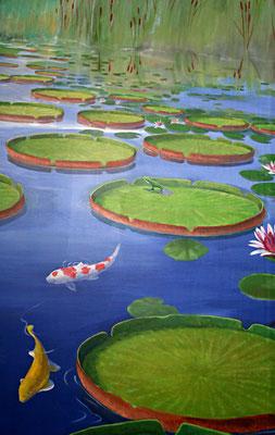 Ein Detail des Wadnbilds: Seerosenblätter und Koi-Karpfen.