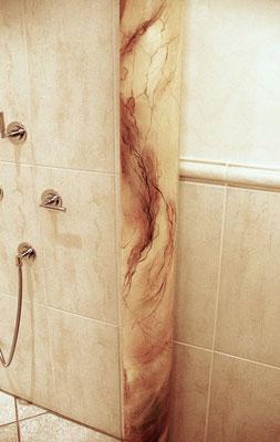 Säule neben der Dusche.