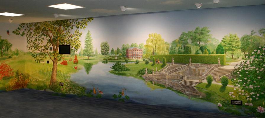 Komplettansicht der linken Hälfte der Wandmalerei mit Villa, Freitreppe zum See und Übergang in den Landschaftspark.