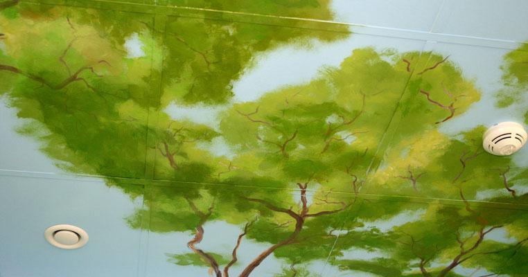 Die Deckenbemalung ergänzt die Wandmalereien.
