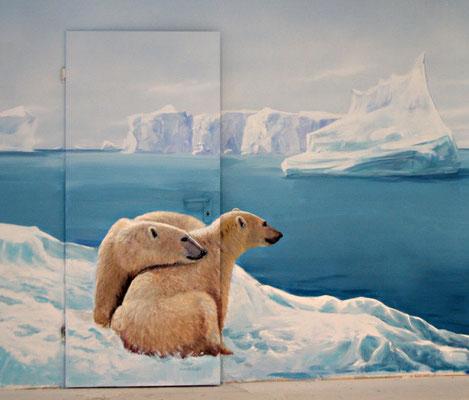 Die Eisbären schauen aufs Meer hinaus, Wandbild mit versteckter Tür.