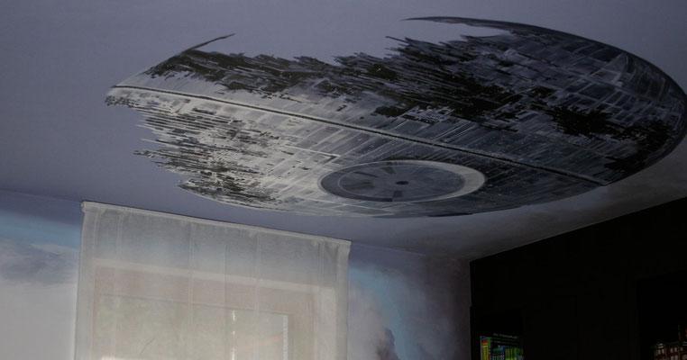 Der bekannte »Todesstern« aus den StarWars-Filmen prangt an der Decke.