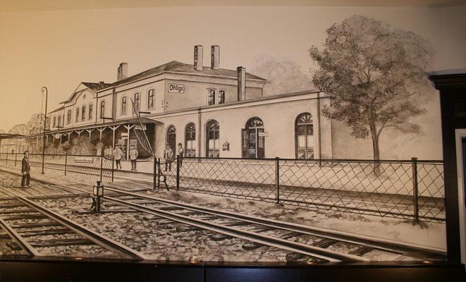Das Bahnhofsgebäude in Grisaille-Technik.