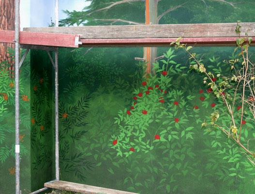 Detail im unteren Bereich: Sträucher mit bunten Beeren.