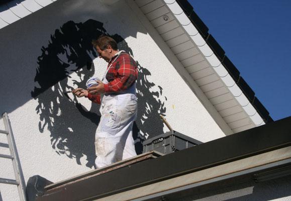 Verschönerung eines Hausgiebels mit einer effektvollen Schwarz-weiß-Malerei.