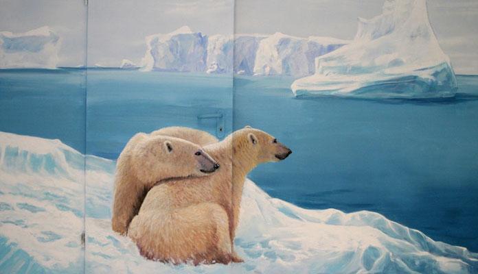 Die Aufmerksamkeit des Betrachters wird durch die Darstellung der Eisbären von der Türkontur abgelenkt.