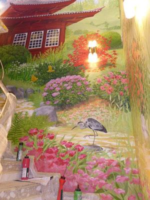 Der Bach auf dem Wandgemälde fließt zwischen prachtvollen Blumen die Treppe entlang...