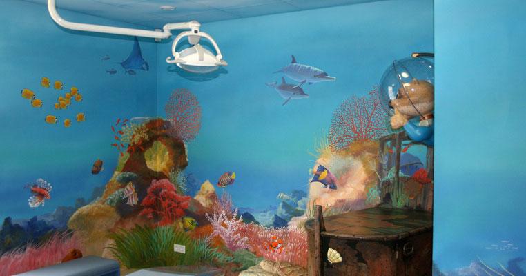 Die Wandmalerei zeigt die farbige Meereswelt mit Korallen und Fischen in einer Zahnarztpraxis. Die faszinierende Bilderwelt soll die Aufmerksamkeit der Patienten wecken und ihnen die Angst vor der Behandlung nehmen.