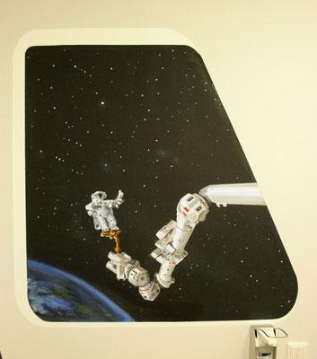 Ein Astronaut ist mit Wartungsaufgaben beschäftigt.