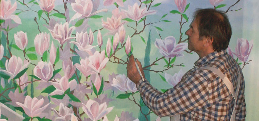 Arbeitssituation bei Detailarbeiten an Magnolienblüten.