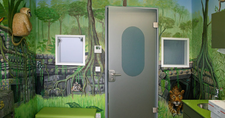 Eingangbereich des Urwaldzimmers mit Wandmalereien aus dem Dschungel.