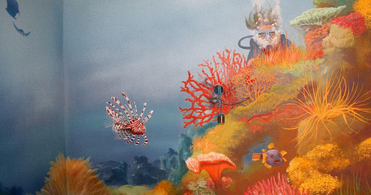 Taucher in einem Korallenriff, wie es für's Rote Meer typisch ist.