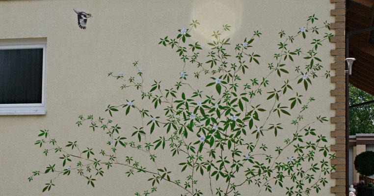 Kleine dekorative Malerei auf einer Hauswand.