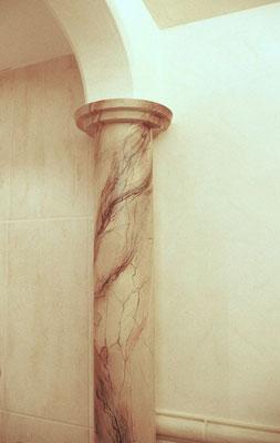 Säulenkopf als Marmorimitation auf Beton.