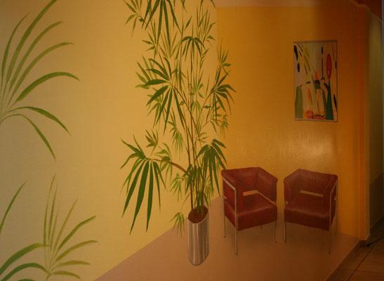 Anamorphen-Illusionsmalerei an der Wand eines Flures in einem Bürogebäude.