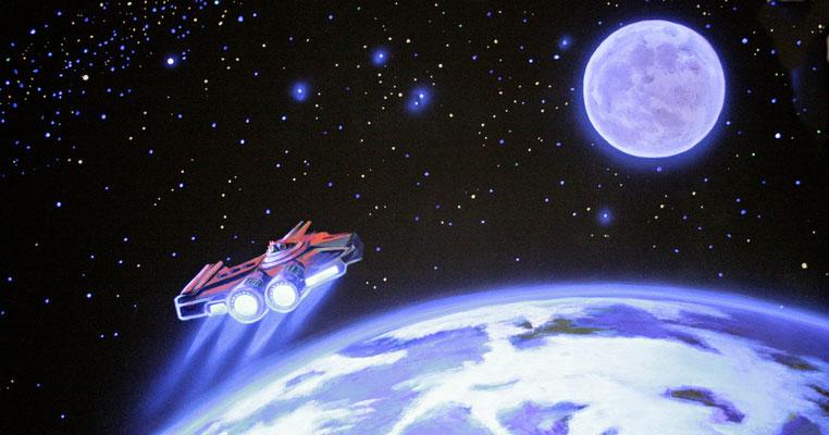 Die Szene des Raumkreuzers mit eingeschaltetem UV-Licht. Die mit Leuchtfarbe gemalten Sterne und das Triebwerk des Kreuzers leuchten nun ebenso wie der nun leuchtende Planet.