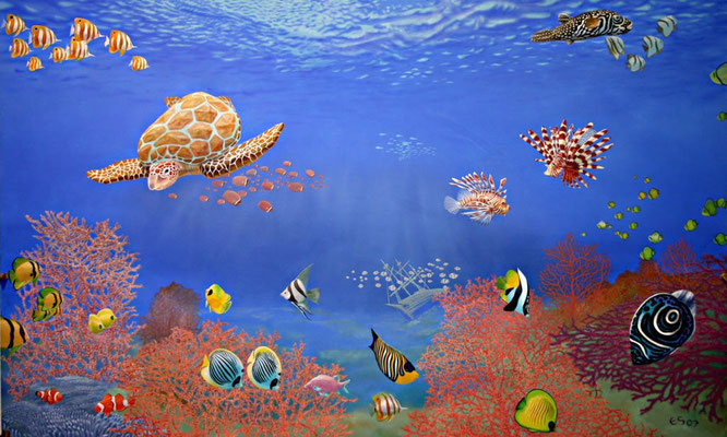 Wandmalerei mit tropischen Fischen, Korallen und einem Schiffswrack am Meeresgrund.