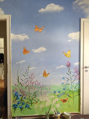 Das Wandbild einer Sommerwiese...