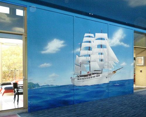 Der Bildträger ist ein Rollo und zeigt ein Segelschiff.