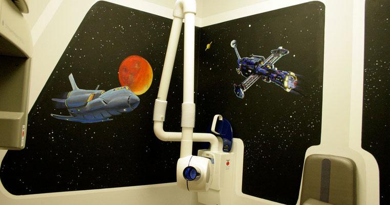 Das Röntgengerät der Kinder-Zahnarzt-Praxis wurde in das Cockpit des Raumschiffs integriert.