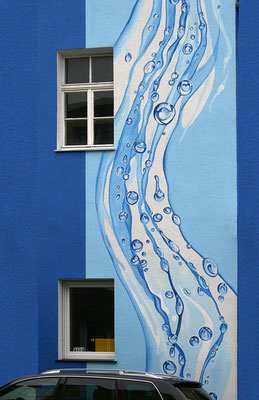 Fassade mit einem modernen Wasserstrahl-Motiv.