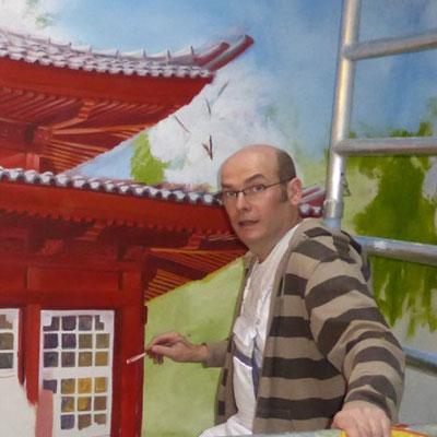 Während der Arbeit am japanische Teehaus. Die Fenster mit ihren Spiegelungen werden detailliert gemalt.