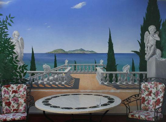Die Illusionsmalerei einer Terrassenwand mit Meerblick auf die Insel Ischia.