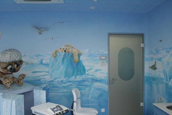 Ruhender Eisbär auf der Wandmalerei für eine Zahnarztpraxis