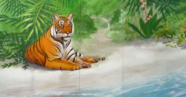Nahezu unsichtbare zweiflüglige Tür mit liegendem Tiger im Karibikzimmer.