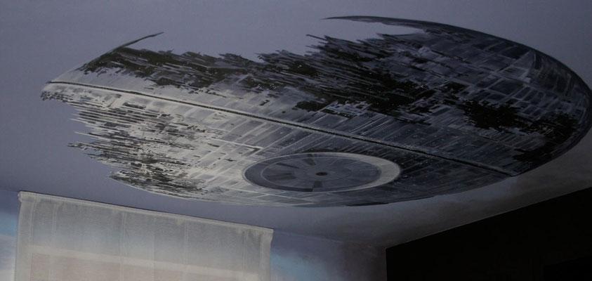 Der »Todesstern« aus Starwars ziert die Decke eines Kinderzimmers.