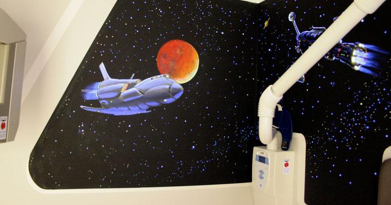 Die Malerei wurde mit Neonfarben ausgeführt. Mit Hilfe von Schwarzlicht strahlt im Dunkeln das Weltall und die Triebwerke der Raumschiffe und zaubern so die Illusion von leuchtenden Planeten und Sternen.