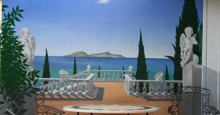 Die komplette Fassadenmalerei mit der südländischen Terrasse mit Balustraden und dem Meerblick auf Ischia.