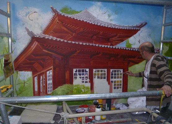 Arbeit am Teehaus des Japanischen Gartens. Holzkonstruktion in traditionellem Rotton.