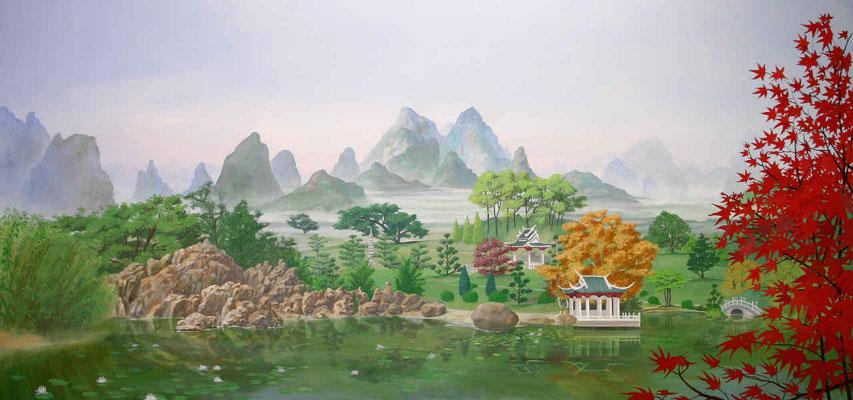 Wandbild einer japanischen Landschaft mit Teehaus und Teichanlage. Die weite Ebene mit typischem Baumbestand erstreckt sich bis zum Fuß des Gebirges.