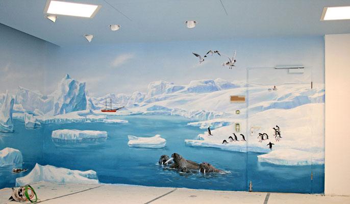 Schwertwale und Walrösser in der Eiswelt des Südpols In diesem Wandbild, der Komplettbemalung desRaumes, wurden die Tiere vom Nord.- u. Südpol frei kombiniert. Auf dieser Wand sind Tiere des Südpols dargestellt.