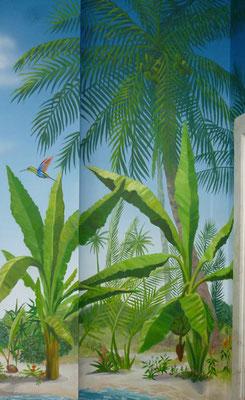 Am Meeresstrand fiegt ein schillernder Kolibiri an Bananstauden und Palmen vorbei.